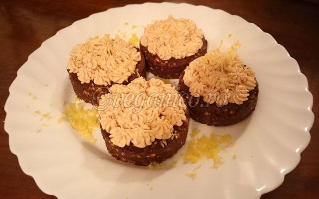 Prajitura Raw-Vegana de Ciocolata si Crema de Caju - http://veganico.ro/prajitura-raw-vegana-de-ciocolata-si-crema-de-caju/