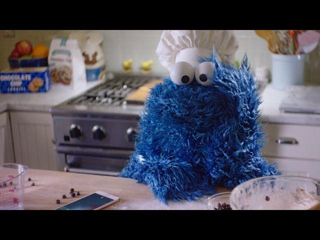 Для рекламы умной помощницы Siri, которая постоянно активна в iPhone 6s и 6s Plus, Apple привлекла смешного персонажа из «Улицы Сезам». В русском переводе его зовут Коржик, а по-английски его имя звучит более опасно: Cookie Monster.<br><br>Истребитель печенек отправляет тесто в духовку, а сам с н..