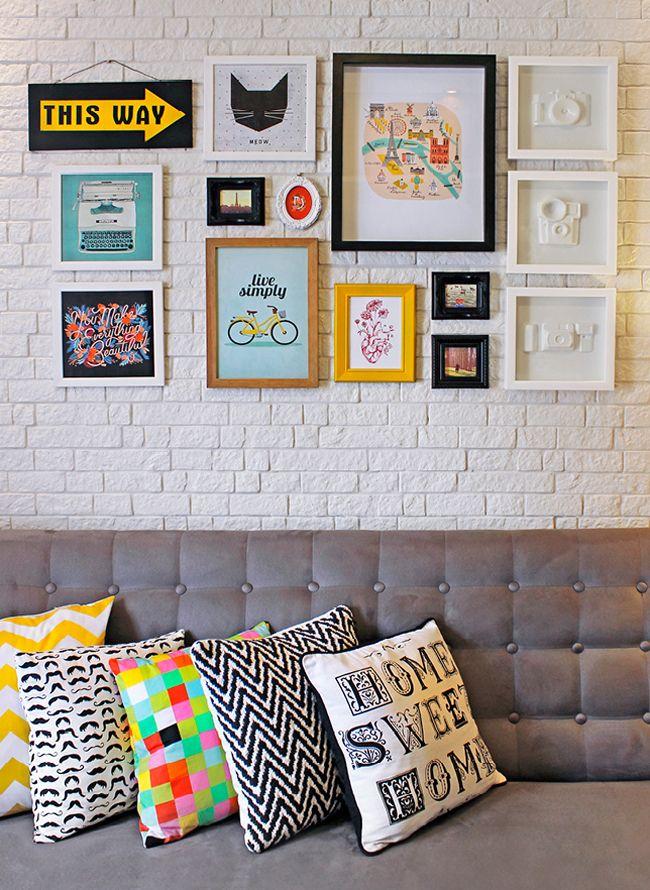Uma gallery wall é sempre bem-vinda em qualquer cantinho da casa. Nesse aqui, a opção super deu certo!