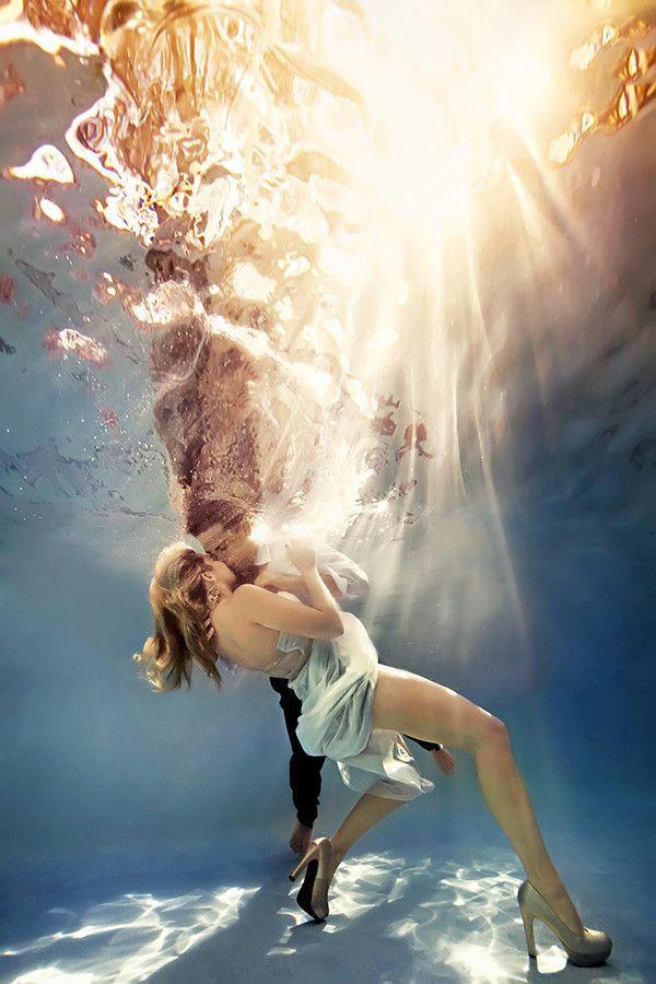 fotografía de novios bajo el agua besandose