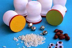 Spielerisch den Hörsinn trainieren: So haben Babys und Kleinkinder Spaß an selbstgemachten Geräusche-Rasseln.