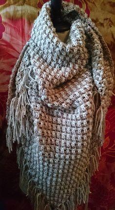 Omslagdoek in granietsteek in de 2 lichtste kleuren tweed van zeeman, 2 bollen van elk. Haaknaald 7, 2 meter breed en 1 meter in de punt