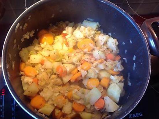 La meilleure recette de Poêlée de chou-rave, carottes et poireaux! L'essayer, c'est l'adopter! 5.0/5 (2 votes), 2 Commentaires. Ingrédients: 2 beaux choux-rave pelés et coupés en cubes, 5 carottes pelées et coupées en lamelles, 3 blancs de poireaux émincés, un oignon, 1 marmite de bouillon de poule knorr, piment d'espelette, thym, sel et poivre du moulin.