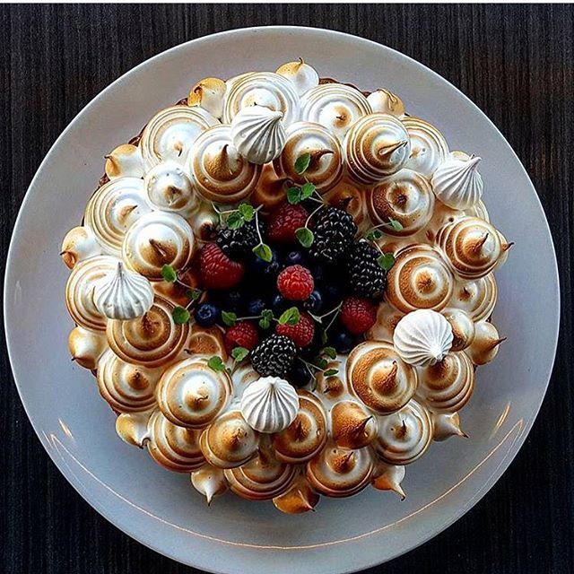 Forest berry meringue pie. Great looking cake uploaded by @vidal31 #gastroart