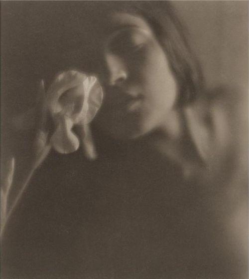 """foto di Tina Modotti scattata nel 1921 da Edward Weston    """"oh! quanta bellezza! vino – libri – fotografie – musica – lume di candela – occhi in cui guardare – e poi il buio – e i baci.""""(da una lettera di Tina Modotti a Edward Weston,1921)  http://nuovateoria.blogspot.it/"""