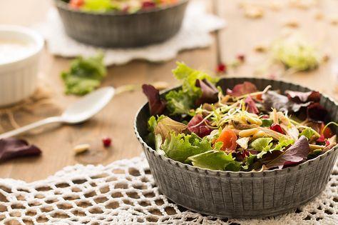 Receta de ensalada de perdiz escabechada. Receta rica, fácil y sobre todo ¡¡Qué diferente!! Contraste de texturas, se integran sabores con el aliño