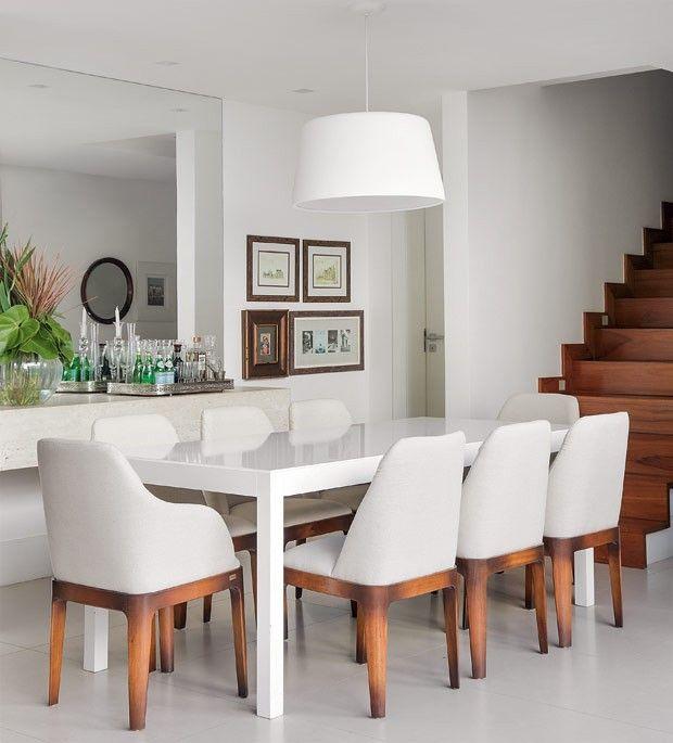 Sala-de-jantar-mesa-laca-branca-cadeiras-escada-ipe (Foto: MCA Estúdio/Divulgação)