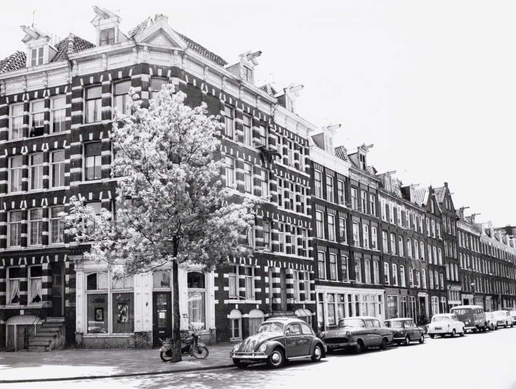 1969. A view of the Commelinstraat corner Pontanusstraat in Amsterdam-Oost. The Commelinstraat is a street in the Dapperbuurt. Originally it was a fashionable street, where at least one side of the street also had front gardens, similar to the Vondelstraat at the Leidseplein. Photo Beeldbank Amsterdam. #amsterdam #1969 #Commelinstraat #Pontanusstraat