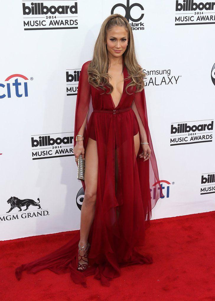 Pin for Later: Achtung Wolf! Jennifer Lopez ist das heißeste Rotkäppchen aller Zeiten Jennifer Lopez in Donna Karan bei den Billboard Music Awards 2014 Dramatischer Glamour plus eine sexy Pose macht Gold auf dem roten Teppich.