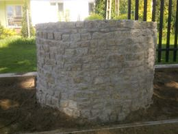 Kostka granitowa na studni