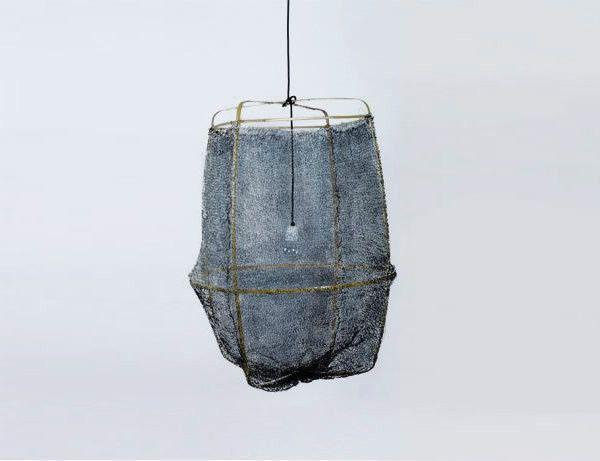 Suspension sisal Z2 Grey smoke chez Ay illuminate, dessinée par Aylin Heinen, une structure minimaliste de Bambou recouverte d'un voile aérien de Sisal tressé à la main, qui donne à l'ensemble une incroyable impression de légèreté.