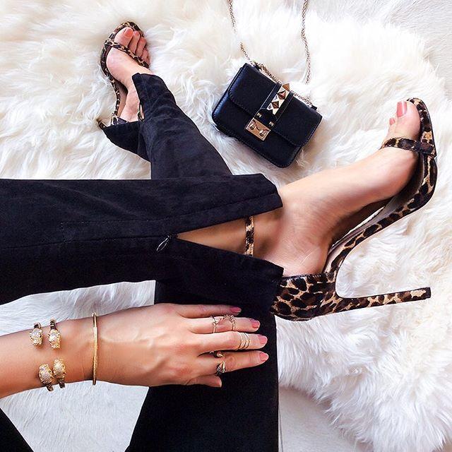 Черные брюки + туфли + сумка + золотые браслеты