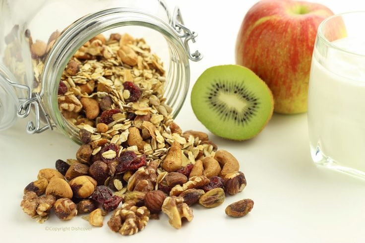 Start 2014 met een gezond ontbijt: zelfgemaakte granola. Wa's da? Granola is een mengsel van geroosterde noten, granen en zaden. Het lijkt een beetje op muesli, maar doordat granola geroosterd is heeft het een lekkere krokante smaak. Zo gemaakt! Hieronder vind je mijn recept, maar je kan er zelf eindeloos mee variëren. Wat heb je …