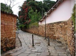 Pirenópolis é cercada de morros e de privilegiada localização geográfica, estando aos pés da Serra dos Pireneus, Pirenópolis se destaca por manter uma natureza preservada