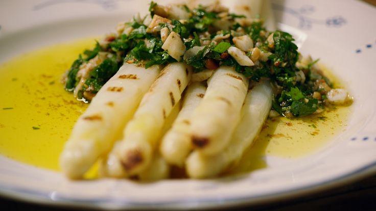 Een overheerlijke gegrilde asperges met pesto 'à la flamande', die maak je met dit recept. Smakelijk!