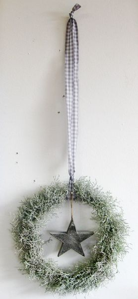 weihnachtlicher Türkranz - Stern - grau / weiß von kunstbedarf24 auf DaWanda.com