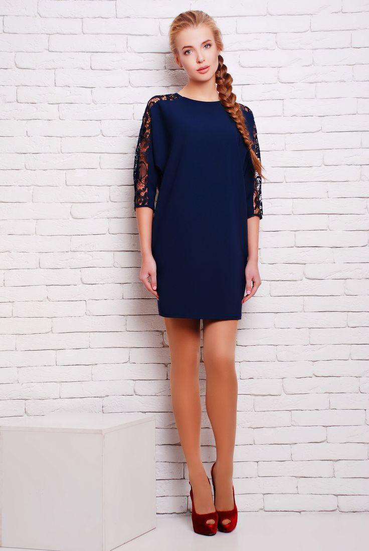 Платье коктейльное с кружевом цвет синий  ЗАРА - Коктейльное однотонное платье из плотного дорогого трикотажа до колена прямого фасона с цельнокроенным рукавом. Изюминкой платья является декор по верхнему шву рукава из качественного дорогого кружева и V-образный глубокий вырез на спине.