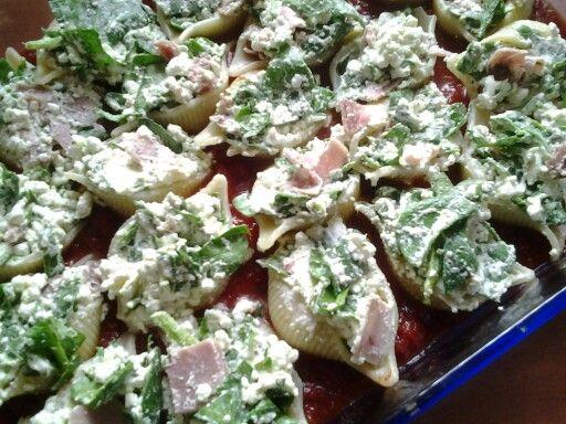 Pasta schelpen met ricotra, spinazie, ham, salamie, oregano, parmezaan.