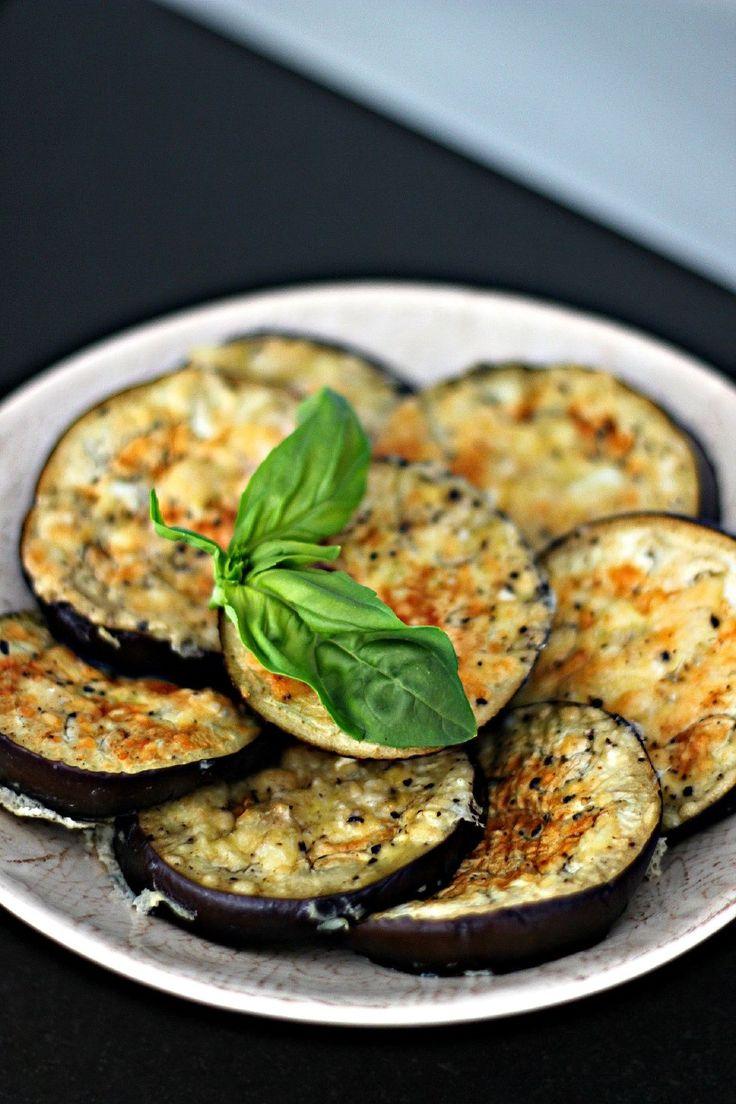 [ Minipizzor av aubergine ] 1 aubergine / 2 st ägg / ca 2-3 dl riven parmesan / 1 tsk salt / 1 tsk svartpeppar. { Instruktioner } Ugn 220 grader. Skär auberginen i skivor. Vispa ägget med resten av ingredienserna. Doppa skivorna här, se till att få på all parmesan. Sätt in i ugn ca 15 min tills de blivit gyllenbruna. Sätt på tomatsås och toppa valfritt.
