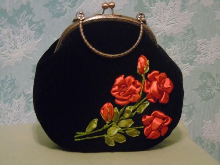 Алые, жгучие розы на черном, несомненно, будут притягивать взгляд, придадут шарм и очарование Вашему образу. Уместна на каждый день и на выход, не только эффектна, но и удобна, поместятся все женские мелочи, есть кармашек. Проложена дублерином, подкладка стегана,украшена кружевом. Форму держит прекрасно.На цепочке.Узнать цену и купить http://www.livemaster.ru/item/16384243-sumki-aksessuary-sumochka-vyshitaya-lentami