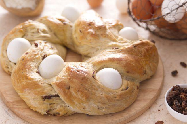 Il pane pasquale è un dolce rustico realizzato con un impasto arricchito di uva passa e decorato con le tradizionali uova sode.