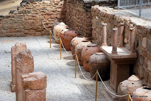 """Villa de las Musas, Arellano Se trata de un yacimiento arqueológico romano situado a 6,5 km. al sur de Arellano, a escasos kilómetros de la localidad de Estella. Su nombre, """"Aurelianum"""", daría pie al topónimo del municipio. El lugar es también conocido como """"Villa de las Musas"""" por el hallazgo del espectacular mosaico romano de """"las Musas"""". Esta obra se encuentra en el Museo Arqueológico Nacional, pero es posible admirar una minuciosa reproducción en su ubicación original."""