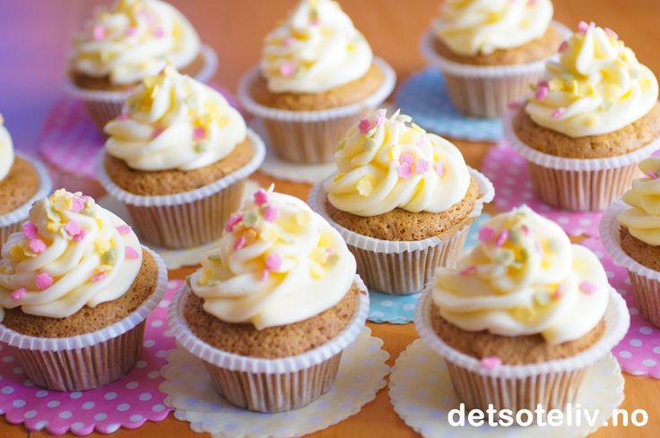 Dette er myke, lette gulrotcupcakes som dekkes med en lekker ostekrem med tropisk mandarinsmak. Perfekte smaker til påskeferien!