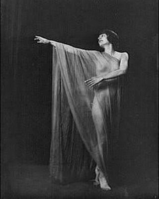 Ontem 29abr foi o dia Internacional da Dança e sempre é tempo de lembrar de Isadora Duncan a mãe da dança moderna. Isadora Ângela Duncanon apesar da infância pobre teve uma educação muito bem cuidada por sua mãe professora de música. Precoce aos 11 anos Isadora já demonstrava estilo coreográfico próprio sempre ensinando a quem estivesse interessado. Sua inspiração vinha dos movimentos da natureza e sempre em busca da expressão máxima da liberdade na dança optou por dançar descalça e usava…
