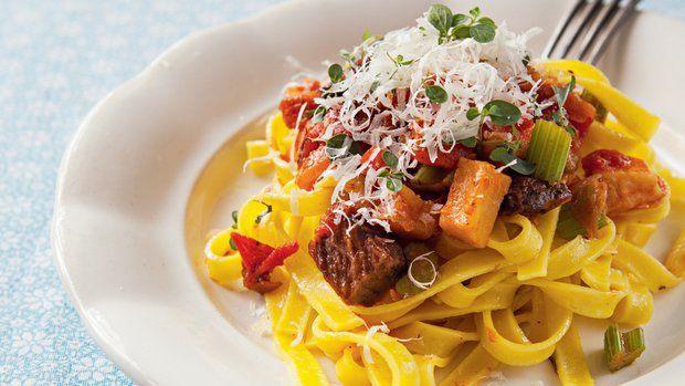 Příprava domácích těstovin není vůbec složitá... K výborným nudlím si připravte skvělé vepřové ragů podle Karolíny!