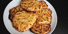Kartoffelrösti er skønt tilbehør, og de her er ultra nemme at lave, fordi de bages sprøde og gyldne i ovnen. (Recipe in Danish)