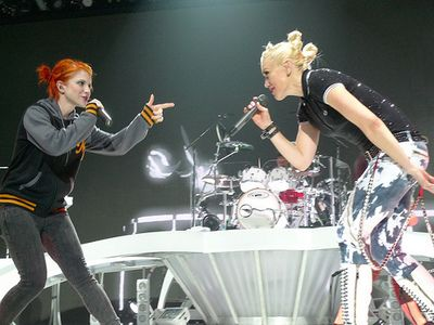 Hayley Williams and Gwen Stefani. This is freaken awesome:) Hayley loves Gwen and No Doubt:)