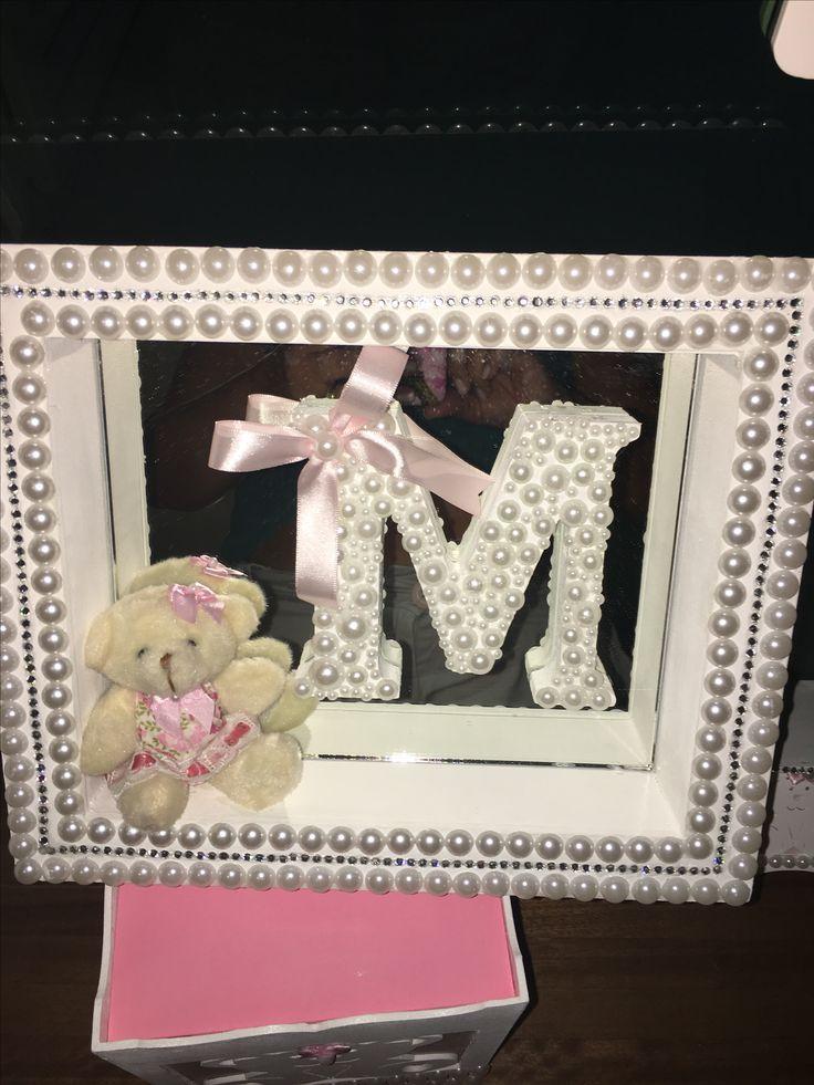 Eu que fiz a partir de uma DIY que encontrei no YouTube. Malu, minha sobrinha chega agora no final do mês. Esse quadro é para porta da maternidade. Chique!
