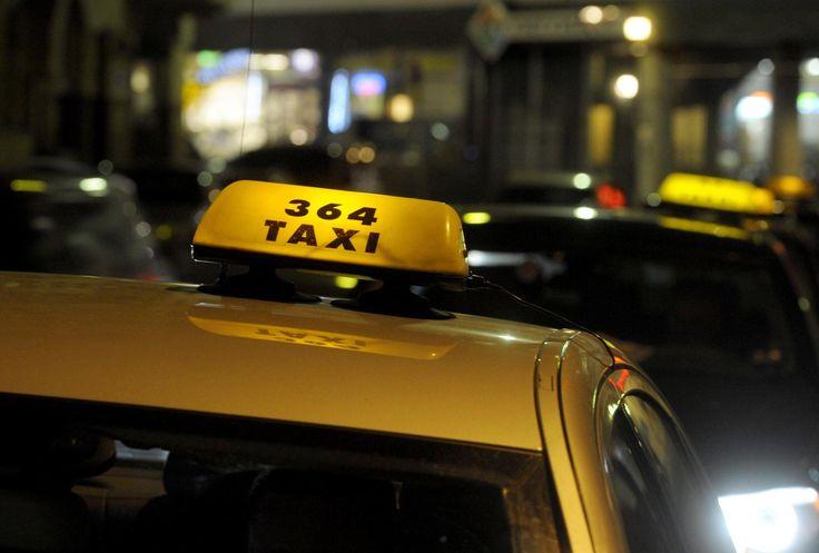 UUDET TOIMINTATAVAT DIGITAALISUUS Älypuhelimella voi tilata taksilta tavarakyydin yksityishenkilölle. Tähän saakka taksit ovat kuljettaneet lähinnä sopimuksiin perustuen mm. aterioita ja kiirellisiä paketteja yrityksille. Konservatiivisena pidetty taksiala ottaa askelia kohti digitalisaatiota. HS 17.6.2016