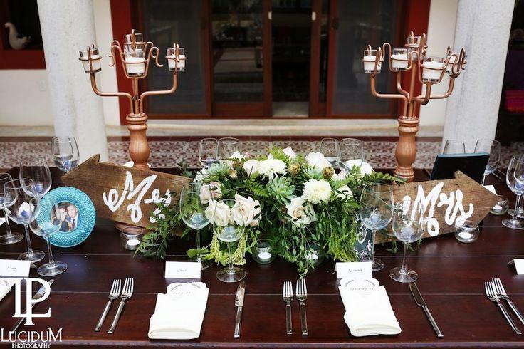 CBV248 Riviera Maya wedding elegant white floral and greenery centerpieces with bronze color chandeliers/ Bodas centro de mesa follajes y flores con candelabro en color bronce