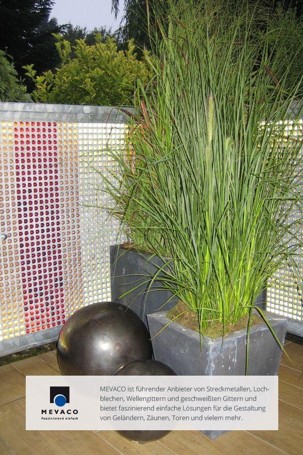 Dekorateur Rick Mulligan verarbeitete Lochblech in einer noch nie gesehenen Art und Weise: er verteilte Murmeln auf einem Lochblech, schraubte ein zweites Blech darüber und passte es in den Rahmen des Balkongeländers ein. Mehr unter http://www.mevaco.de/fascination-26 #MEVACO #Balkongeländer #Stahl #Lochblech #FaszinationNo26