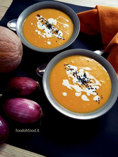 Vellutata di zucca e patate. Densa e delicata. Il sapore della zucca e della patata si sposano perfettamente con la curcuma, che dona alla zuppa un colore molto intenso.