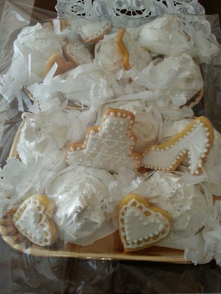 Meringhe e biscotti decorati