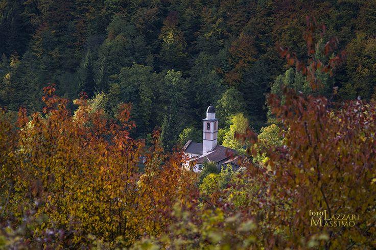 Alta Val Staffora (PV) autunno 2016. Oltrepo pavese. Chiesetta tra alberi. Foto Massimo Lazzari srls - S.Martino Siccomario PV