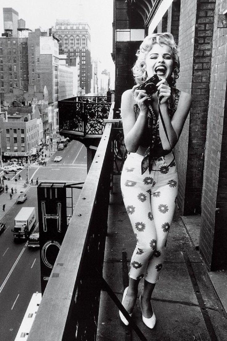 Marilyn monroe en el blcón de su csa tomando fotografías