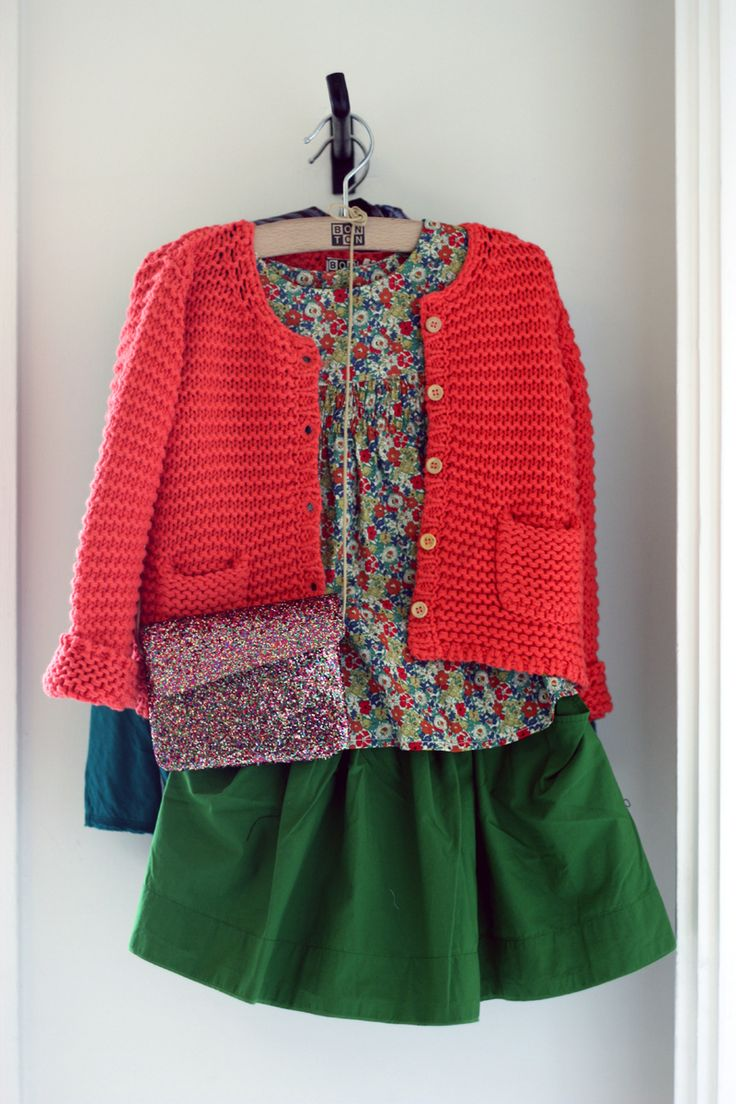 Looks d'été Bonton. Version: coral cardie, little bird blouse, green skirt (as yet un-owned).