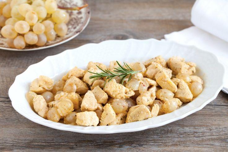 L'accostamento del pollo con l'uva in questa ricetta dà origine a un gradevole secondo piatto di carne che si trasforma in un piatto unico accanto a del riso pilaf
