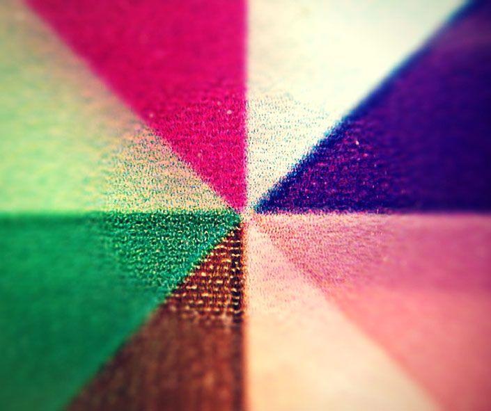 Chissà che bell'effetto farebbero i raggi primaverili attraverso una vetrata colorata come questa! /// What a spectacular effect would be the rays of the spring sunlight through a colourful glass wall like this!