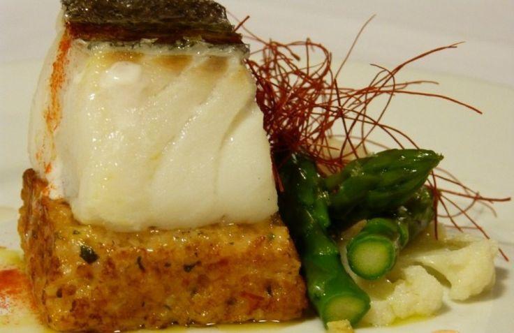 Galleta de arroz a la plancha con bacalao y verduritas
