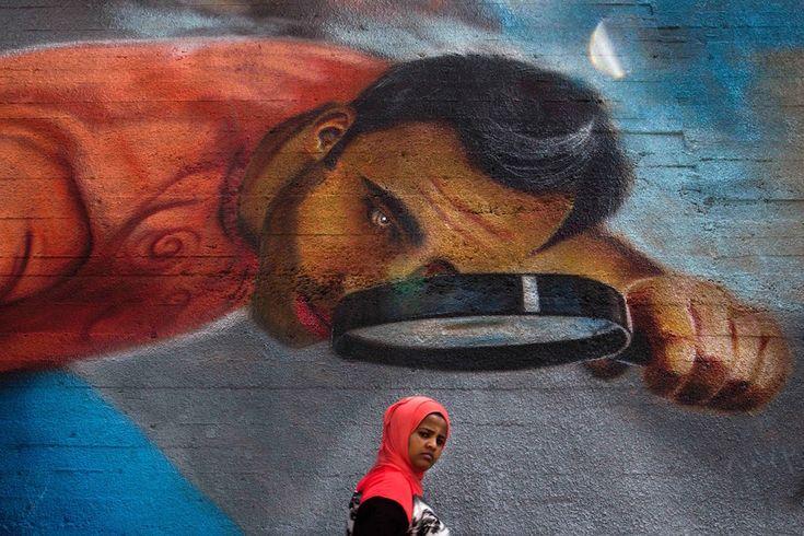 Beirut, Libano Una donna cammina di fronte a un murale