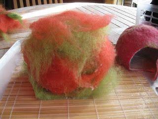 Blitzanleitung fürs Apfelhaus  Man braucht etwas Rundes z.B einen aufblasbaren Ball. Mit Vlieswolle umwickeln und naß  machen (innen weiß au...