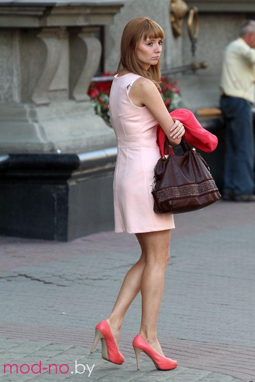Летняя уличная мода 2013 в Минске (наряды и образы на фото: розовое мини-платье, коричневая сумка, коралловые туфли)