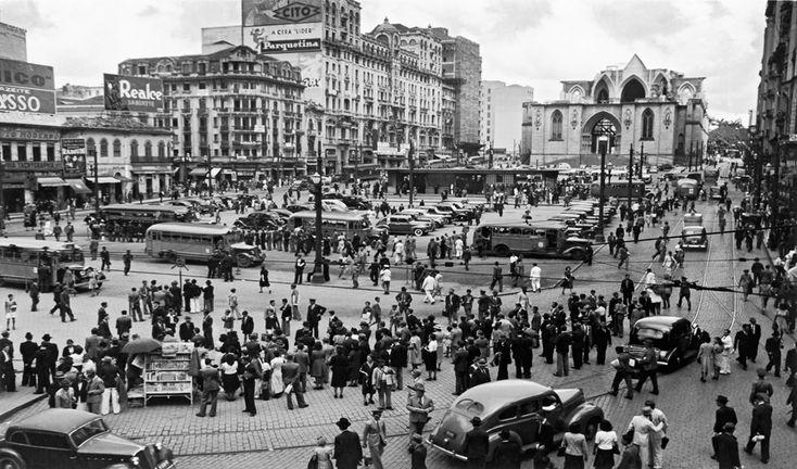 São Paulo antiga em 23 maravilhosas fotos de Hildegard Rosenthal; praça  da Sé. Ao fundo a Catedral em obras.