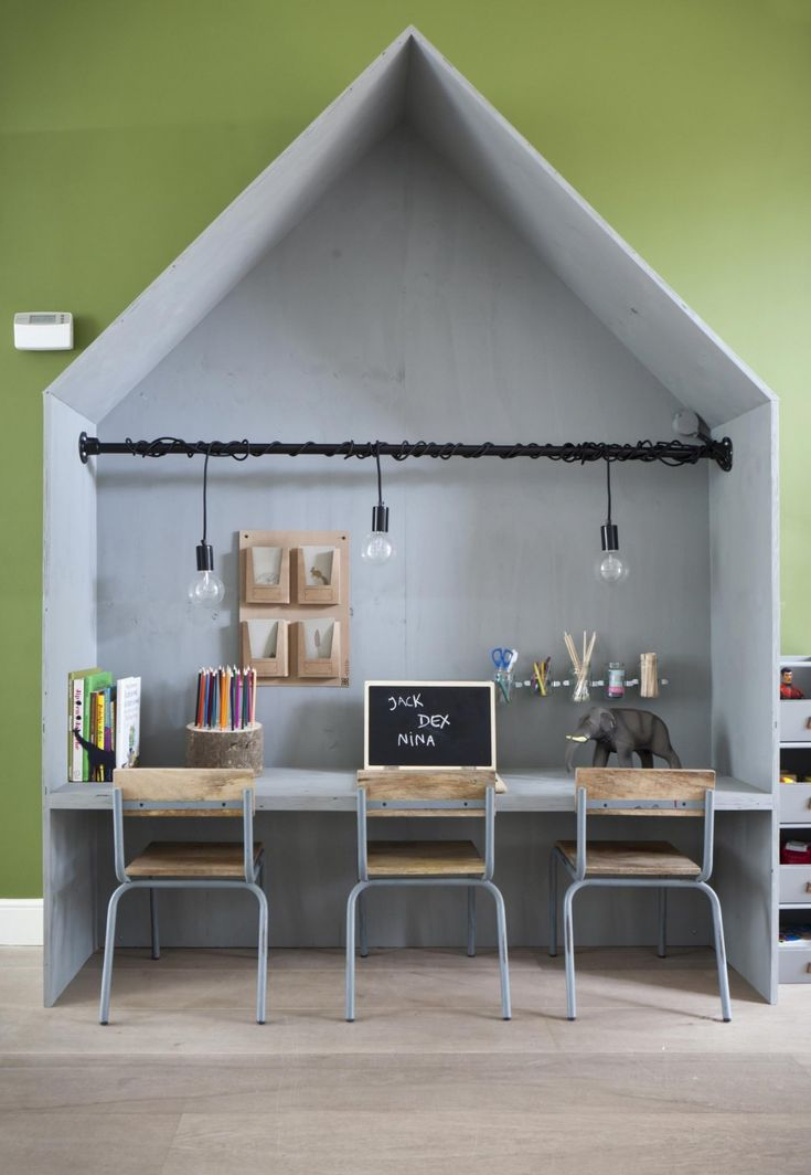 Diy speelhuis met werkplan bureau. Playhouse desk for kids