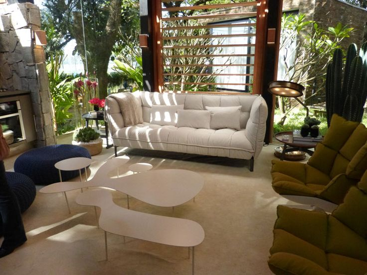 """O projeto """"Casa do Bosque, de 75m², do arquiteto David Bastos busca integrar a residência com a natureza. A sustentabilidade pode ser vista através da mdf laminada de reflorestamento, do sistema de calha de captação de água pluvial e das placas solares."""