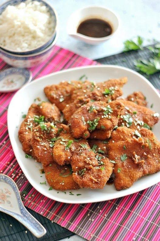 Aki szereti a kínai konyhát, annak meleg szívvel ajánlom ezt a rántott csirkemellet. A különlegessége abban rejlik, hogy a dupla, fűszeres panírtól nem szárad ki a hús, a sütés után pedig a szószba